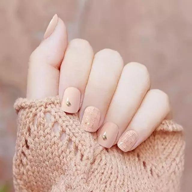 夏天做指甲不用太花哨,纯色简约刚刚好
